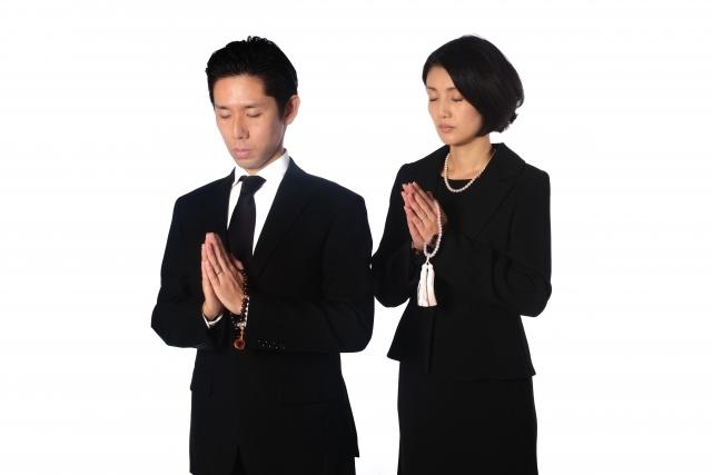 お葬式の服装で女性はスーツで大丈夫なの?